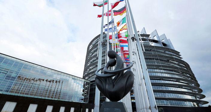 """Rzeźba """"Serce Europy"""" przed budynkiem Parlamentu Europejskiego w Strasburgu"""