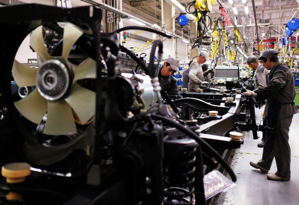Pracownicy na linii montażu Uljanowskiej Fabryki Samochodów
