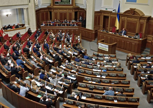 Deputowani na posiedzeniu Rady Najwyższej Ukrainy w Kijowie