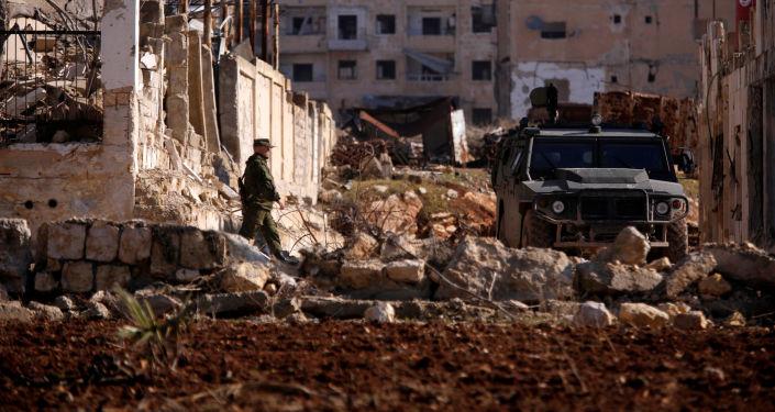 Rosyjski żołnierz w dzielnicy Hanono we wschodnim Aleppo