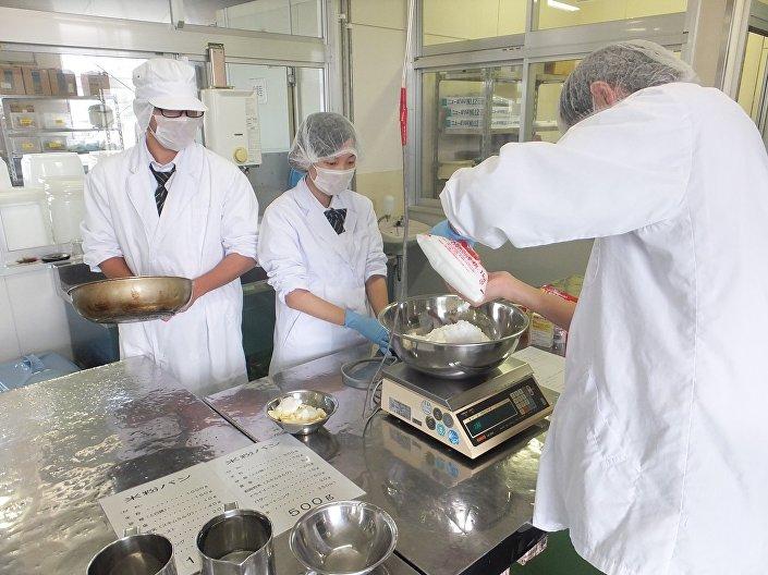 Uczniowie szkoły o profilu rolniczym pieką biały chleb