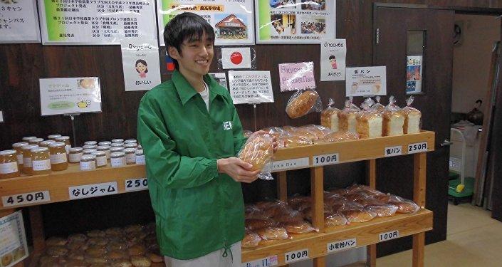 Biały chleb upieczony przez uczniów szkoły o profilu rolniczym w nagato w ramach przygotowań do wizyty Władimira Putina