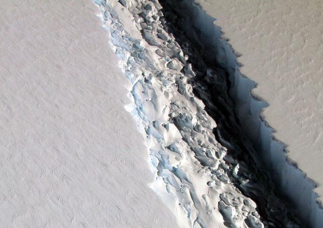 Szczelina w lodowcu szelfowym Antarktydy