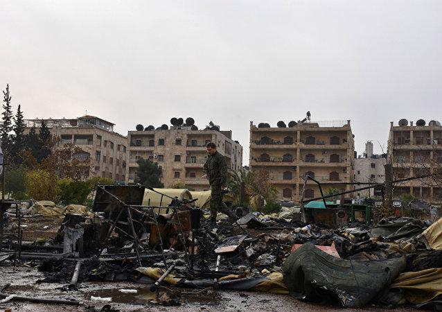 Teren zniszczonego w wyniku ostrzału rosyjskiego szpitala polowego w Aleppo