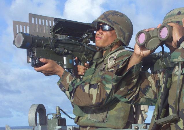 Amerykański żołnierz piechoty morskiej z przenośną wyrzutnią rakietową Stinger