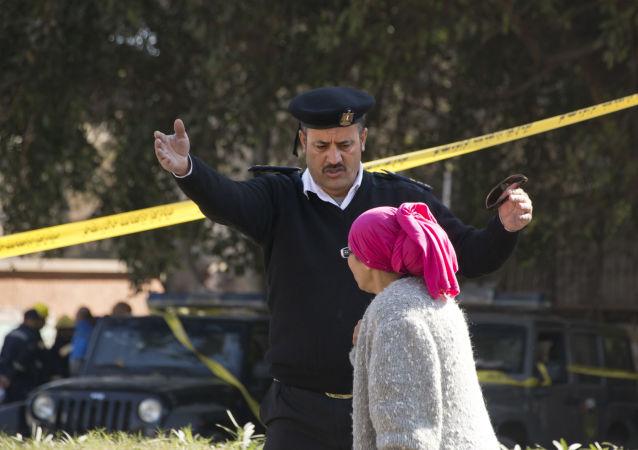 Policjant i kobieta na miejscu wybuchu w Kairze