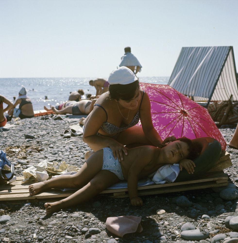 Mama i córka na plaży w Suchumi, 1969 rok