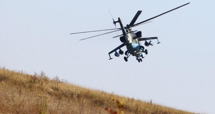 Ukraiński śmigłowiec wojskowy podczas patrolowania w okolicach Doniecka