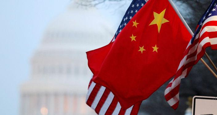 Amerykańska i chińska flaga na tle budynku Kongresu USA
