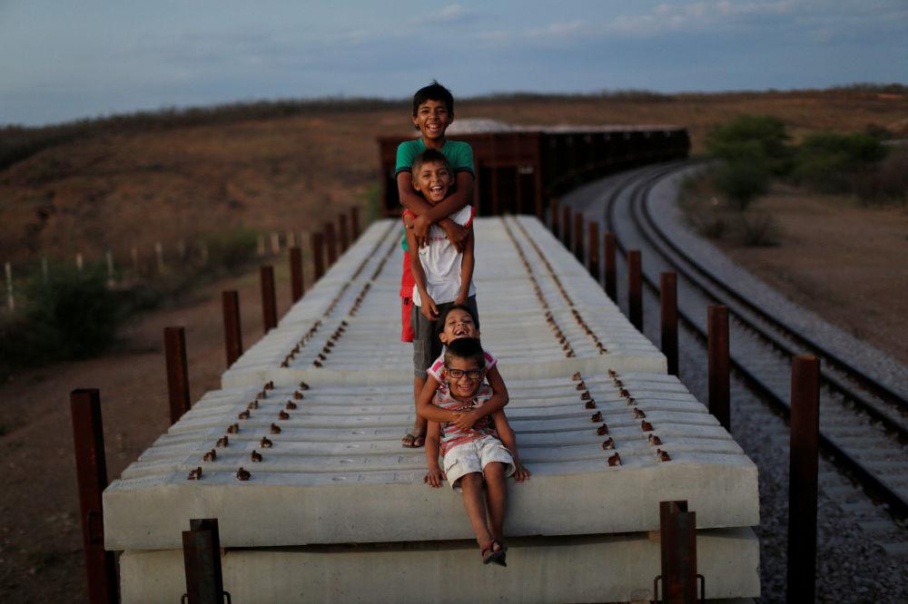 Dzieci na stercie betonowych belek kolejowych