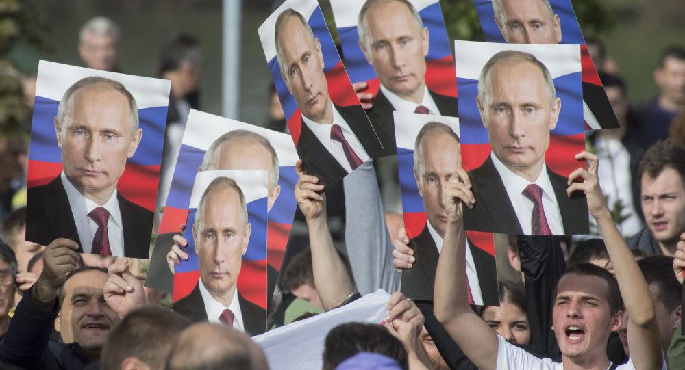 Mieszkańcy Belgradu z portretami Władimira Putina