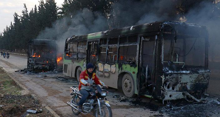 Rebelianci spalili 7 autobusów, którymi mieli być ewakuowani cywile z miejscowości  Fuah i Kafarya na północy Syrii