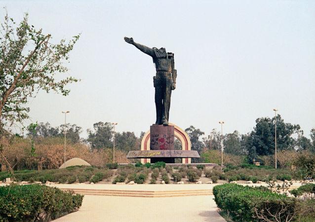 Pozbawiony głowy pomnik Saddama Husajna w centrum Bagdadu