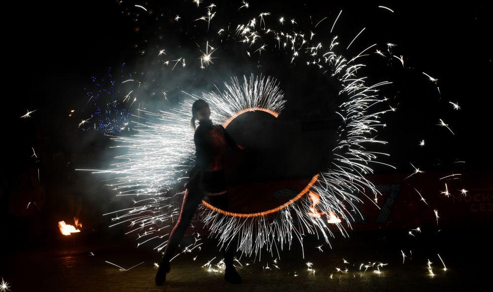 Fire show na bulwarze Twerskim w Moskwie odbywające się w ramach festiwalu Podróż do Bożego Narodzenia