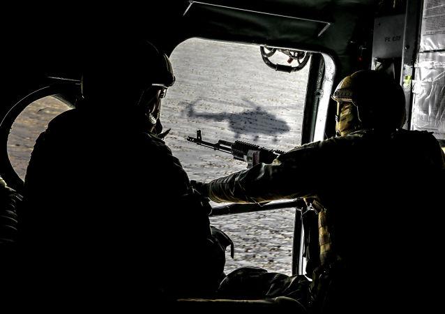 Ukraińscy żołnierze w śmigłowcu