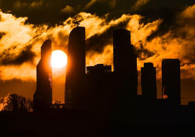 Moskiewskie City o wschodzie słońca
