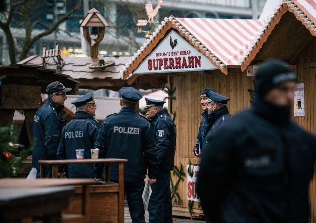 Policja niedaleko miejsca, w którym ciężarówka staranowała jarmark świąteczny w Berlinie