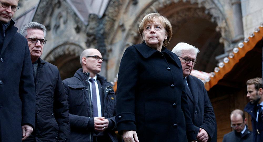 Angela Merkel i Frank Walter Steinmeier w Berlinie, w miejscu zamachu. 20.12.2016.