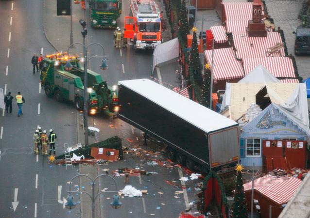 Miejsce staranowania tłumu przez ciężarówkę na świątecznym jarmarku w Berlinie