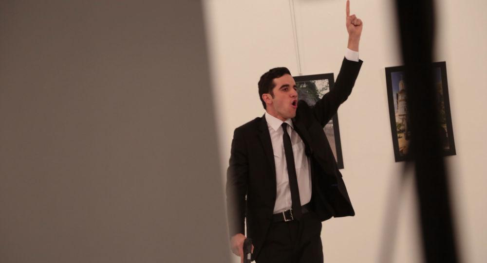Uzbrojony mężczyzna obok ciała rosyjskiego ambasadora w Turcji Andrieja Karłowa w galerii w Ankarze
