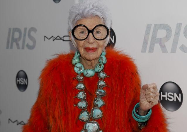 95-letnia amerykańska modelka i projektantka Iris Apfel słynie ze swojego niezwykłego gustu i zamiłowania do rzadkich kolekcyjnych przedmiotów. Chętnie łączy w swoim stylu akcesoria elitarne, budżetowe i vintage.