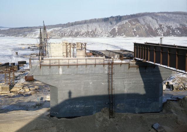 Budowa mostu przez rzekę Amur