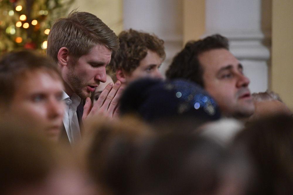 Wierzący podczas świętowania Bożego Narodzenia w katolickiej Katedrze pod wezwaniem Niepokalanego Poczęcia św. Dziewicy Marii w Moskwie
