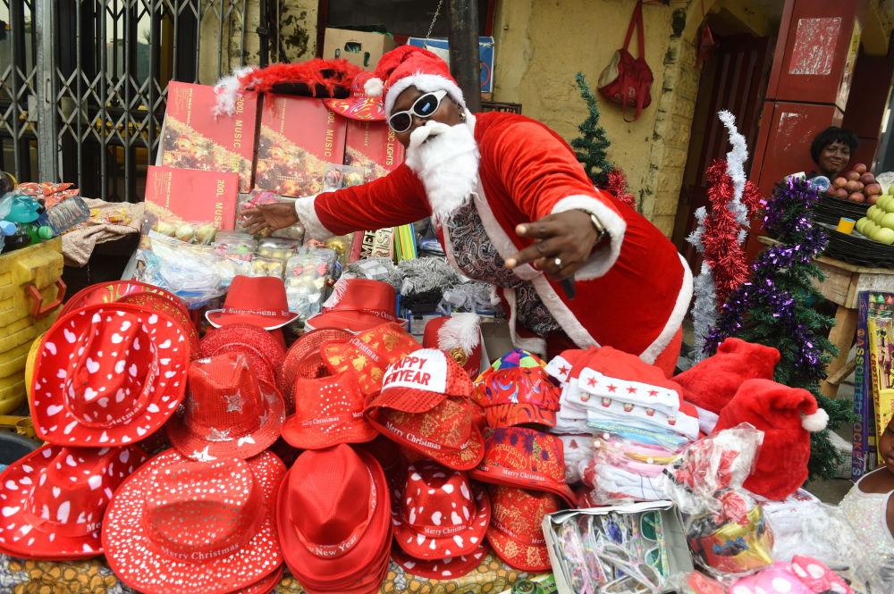Sprzedawca w przebraniu św. Mikołaja w nigeryjskim mieście Lagos