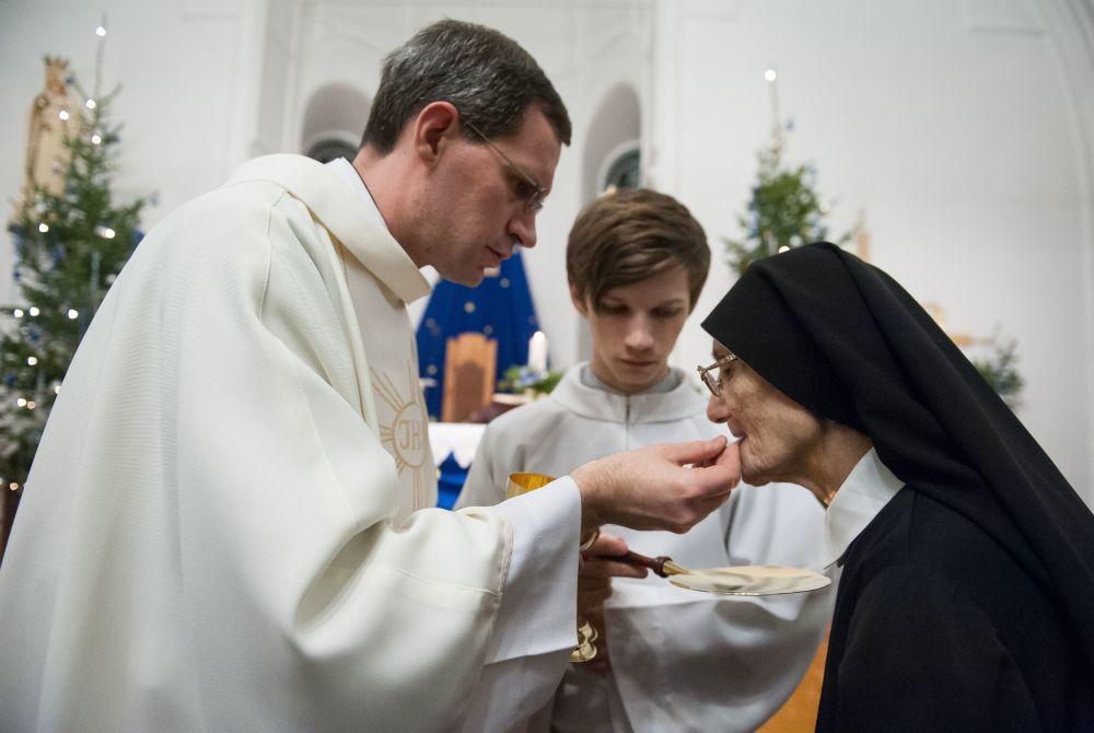 Wierzący podczas świętowania Bożego Narodzenia w katedrze w Tomsku