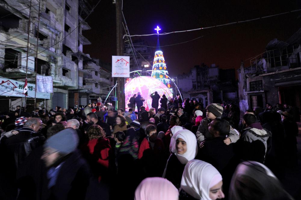Ludzie przed choinką w syryjskim Homs