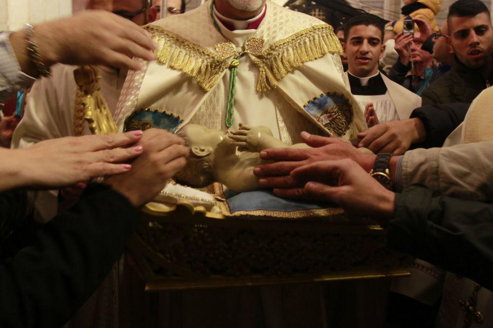 Figurka Dzieciątka Jezus po mszy w Betlejem