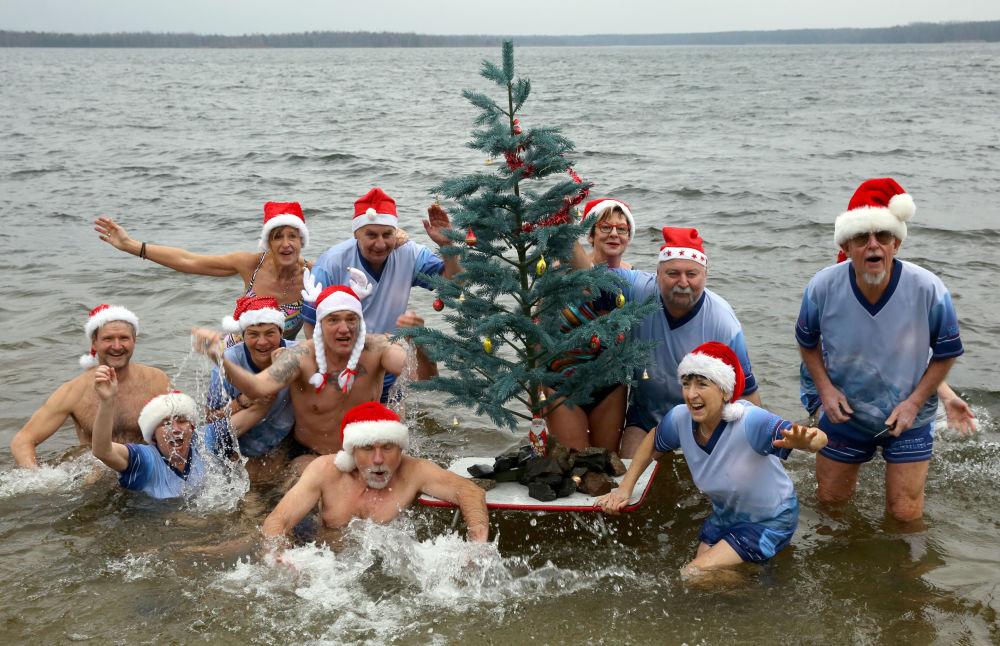 Pływacy podczas bożonarodzeniowego pływania w Niemczech
