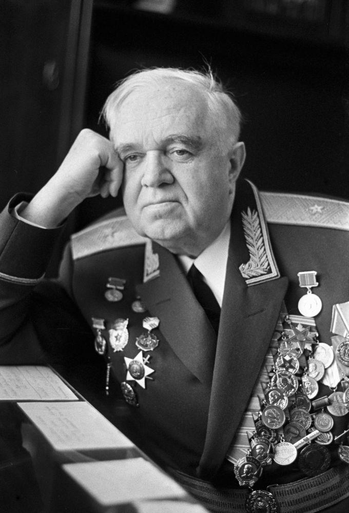 Organizatorem i pierwszym dyrygentem zespołu był Profesor Konserwatorium Moskiewskiego im. Piotra Czajkowskiego, Ludowy Artysta ZSRR, kompozytor, generał major Aleksandr Aleksandrow, stojący na czele zespołu przez 18 lat. Od 1946 do 1987 roku, zespołem dyrygował jego syn Boris Aleksandrow.