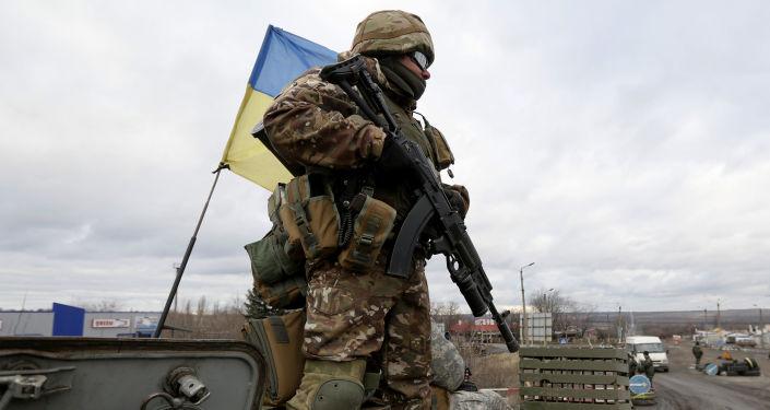 Ukraiński wojskowy w rejonie Debalcewe w obwodzie donieckim. Zdjęcie archiwalne