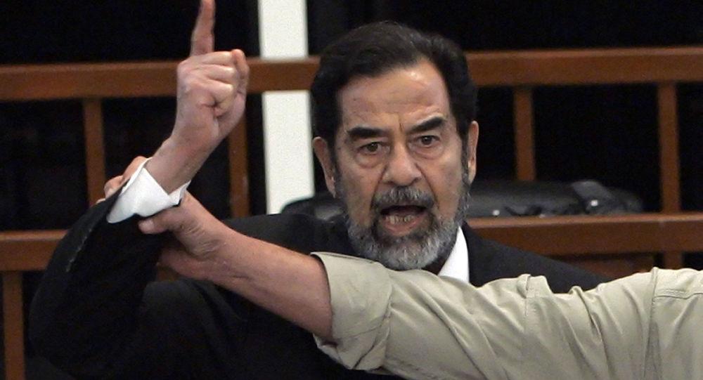 Były prezydent Iraku Saddam Husajn na sali sądowej