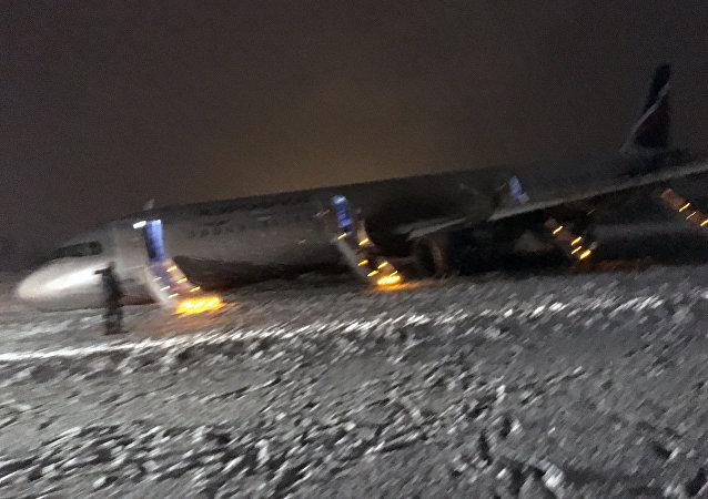 Na kaliningradzkim lotnisku Chrabrowo samolot A320 wyjechał poza pas startowy