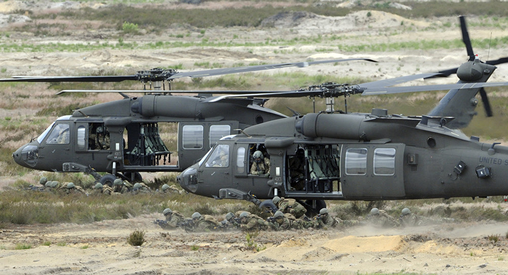Helikoptery USA Black Hawk podczas ćwiczeń niedaleko Żagania