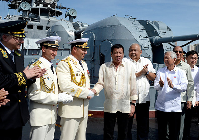Rodrigo Duterte wita rosyjską załogę Admirała Tribuca w porcie w Manili, 6 stycznia 2017