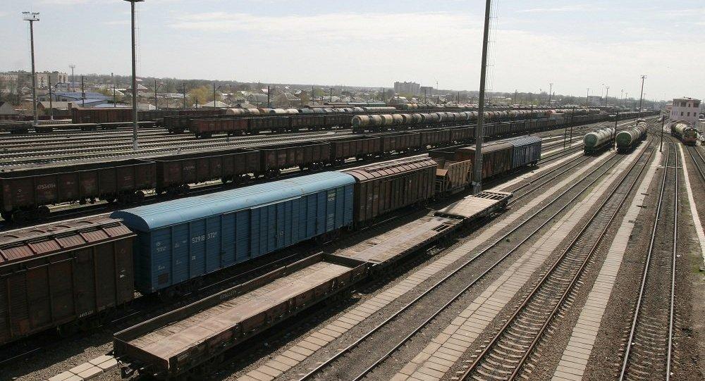 Transport ładunków koleją jest tańszy niż samolotami. Ponadto w przeciwieństwie do przewozów morskich zajmuje znacznie mniej czasu.