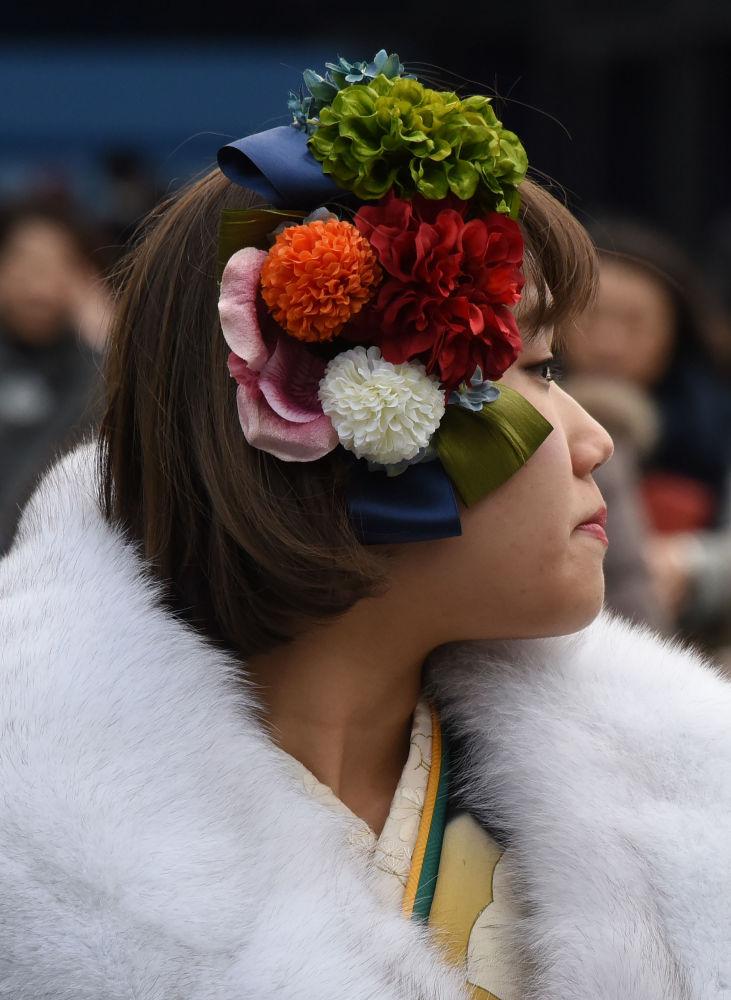 Przed świętem młodzi Japończycy wracają do swoich rodzinnych stron, gdzie uczestniczą w uroczystości organizowanej przez władze gminne.