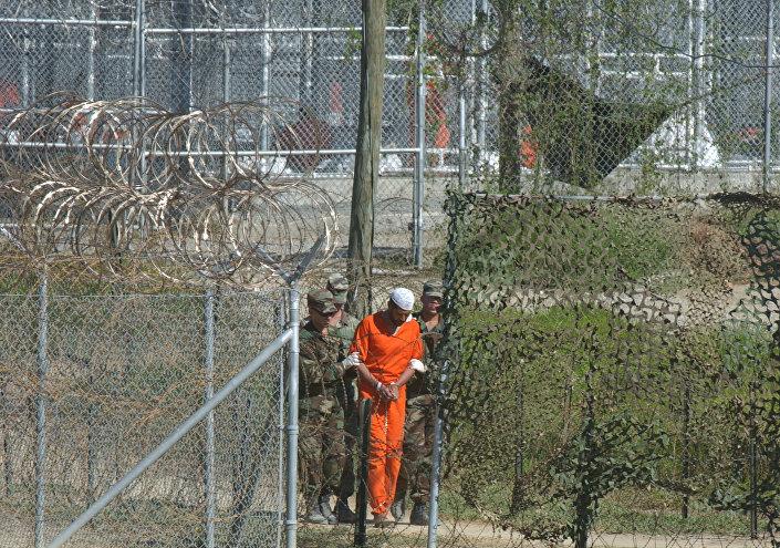 Więzień w Guantanamo.