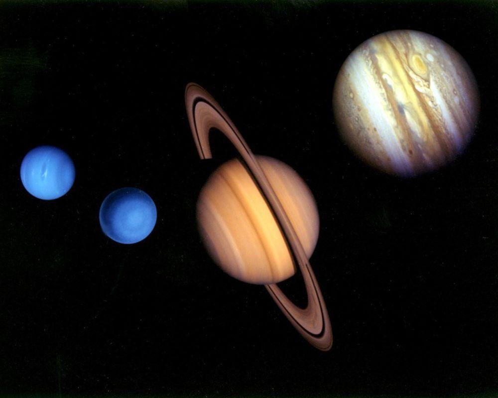 Kombinowane przedstawienie planet, wykonane ze zdjęć z dwóch aparatów kosmicznych Voyager.