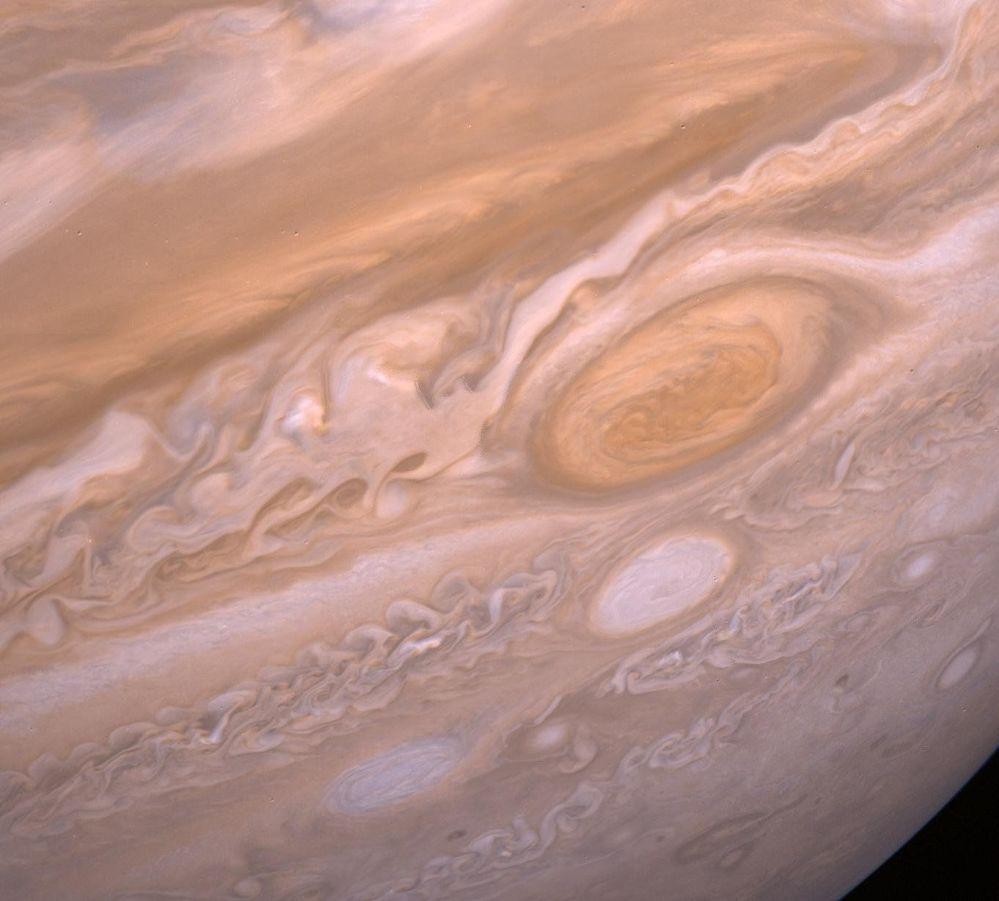 Wielka Czerwona Plama Jowisza. Do lotu Voyagerów wielu astronautów uważało, że ta plama jest twarda. Jak się wyjaśniło, to gigantyczny huragan, o rozmiarze 24-40 tysięcy kilometrów długości i  12-14 tysięcy kilometrów szerokości.