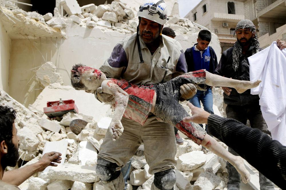 Zdjęcie syryjskiego fotografa Hosama Katana Fighter of civil defence carriy dead boy, I miejsce Międzynarodowego Konkursu Fotograficznego im. Andreja Stenina w kategorii Najważniejsze wiadomości.