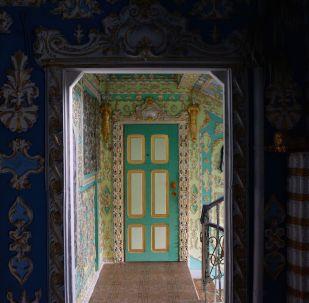 Emeryt pomalował klatkę schodową w Kijowie w stylu barokowym