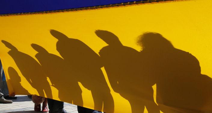 Ludzie z flagą Ukrainy w Kijowie. Zdjęcie archiwalne