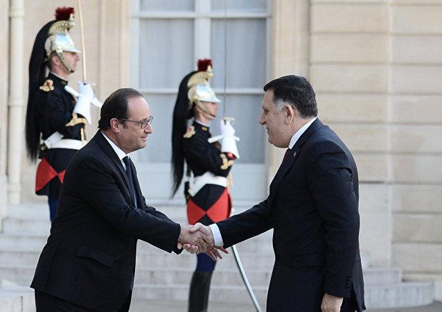Prezydent Francji Francois Hollande i premier Libii as-Sarradż przed Pałacem Elizejskim