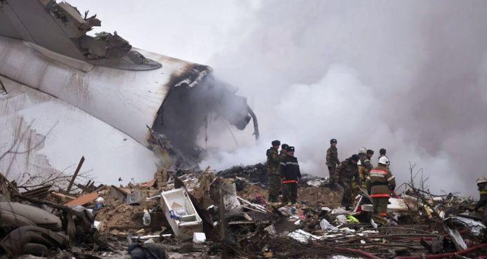 Pracownicy MSN i żołnierze na miejscu katastrofy samolotu towarowego kompanii MyCargo Airlines w Kirgizji.
