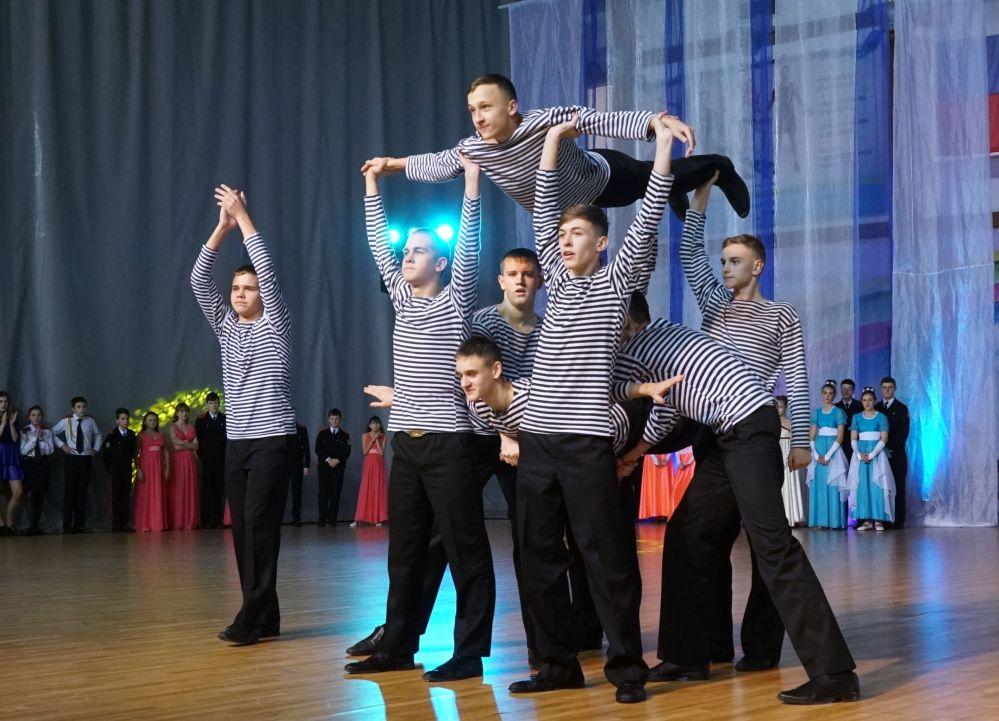 Podczas balu kadeci wykonali tańce klasyczne: poloneza, polkę tańczoną trójkami, kadeckiego walca oraz inne tańce.