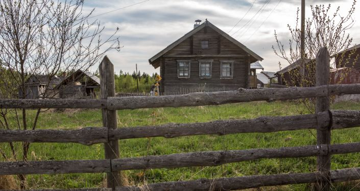 Drewniany dom mieszkalny we wsi Kinierma w Karelii. В 2016 roku wieś Kinierma otrzymała tytuł Najpiękniejsza wieś w Rosji.